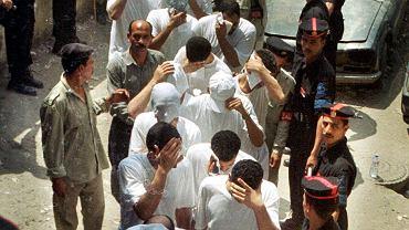 Policja zatrzymała 52 gejów bawiących się na pływającej po Nilu barce 'Queen Boat'. W areszcie byli bici, torturowani i gwałceni pałkami. W procesie prawie połowę z nich skazano na pięć lat ciężkich robót, innych na trzy lata. Zdjęcia i wszystko, co dotyczyło prywatności skazanych, władze egipskie rozpowszechniły w mediach. Do dzisiaj większość skazanych nie może znaleźć pracy. Na zdjęciu: aresztowani geje prowadzeni są do sądu na rozprawę.  Kair, sierpień 2001 r.