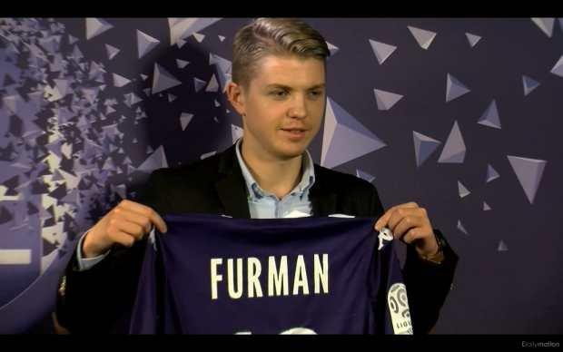 Dominik Furman prezentuje swoją koszulkę Toulouse