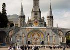 Sanktuarium Matki Bo�ej z Lourdes, Lourdes, Francja - 6 000,000 odwiedzaj�cych rocznie. Francuskie Lourdes, po�o�one nad rzek� Gave de Pau u podn�a Pirenej�w, w po�udniowo-zachodniej cz�ci Francji s�ynie z turystyki pielgrzymkowej. W miejscu objawienia Matki Boskiej powsta�a tu bazylika utrzymana w stylu neogotyckim.