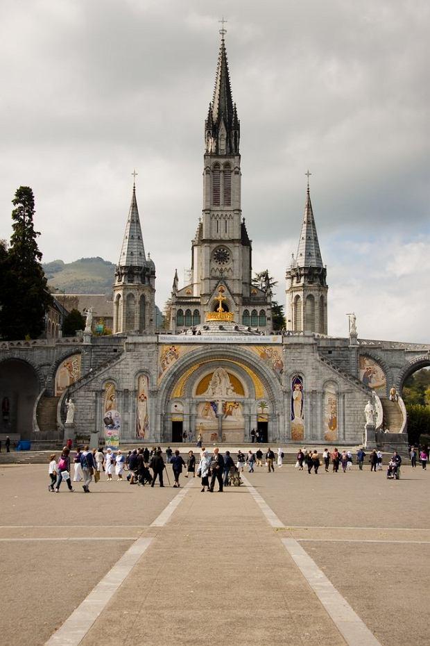 Sanktuarium Matki Bożej z Lourdes, Lourdes, Francja - 6 000,000 odwiedzających rocznie. Francuskie Lourdes, położone nad rzeką Gave de Pau u podnóża Pirenejów, w południowo-zachodniej części Francji słynie z turystyki pielgrzymkowej. W miejscu objawienia Matki Boskiej powstała tu bazylika utrzymana w stylu neogotyckim.