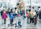 """Zaprotestowali w Sopocie. Bębny i baloniki przeciwko """"deformie edukacji"""""""