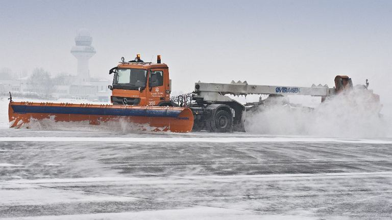 Służby utrzymania lotniska walczą o to, żeby drogi lądowania i kołowania na Lotnisku Chopina nie były śliskie i ośnieżone