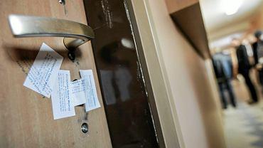 Drzwi zapieczetowane przez komornika