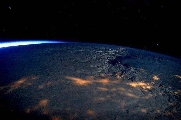 Tak wygl�daj� chmury, kt�re przynios�y pot�ne �nie�yce. Zdj�cie udost�pni�a NASA na Twitterze