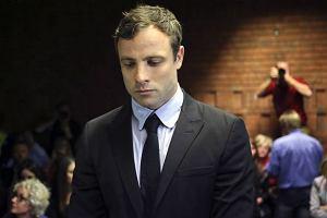Pistoriusowi odczytano akt oskar�enia: P�aka�, potem z bliskimi wzi�li si� za r�ce i modlili