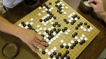 Z pozoru prosta gra w go kryje w sobie więcej możliwości ruchów, niż jest atomów we Wszechświecie