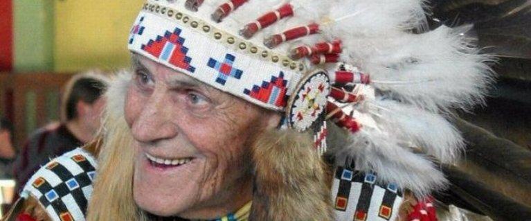 Indianin, kt�ry zbieg� z transportu do O�wi�cimia  i walczy� w  AK. Jego umiej�tno�ci by�y bezcenne