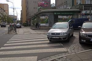 Wyjątkowo nieodpowiedzialne parkowanie. Niemal na środku jezdni