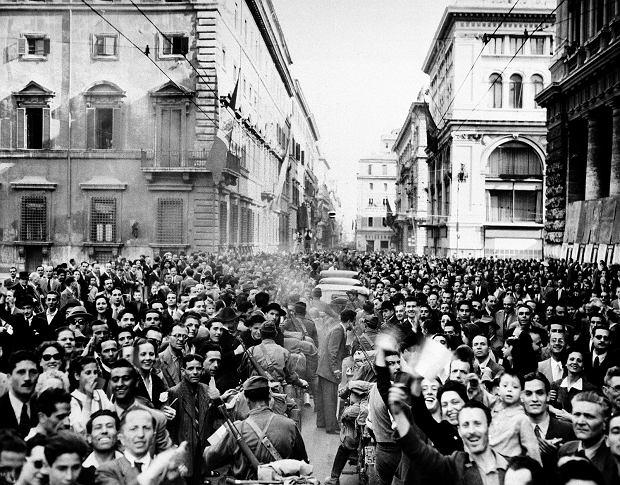 5 czerwca 1944 r. Tłumy rzymian witające Amerykanów. Wielki włoski pisarz Curzio Malaparte pisał w książce 'Skóra': Kolumna wjeżdżała właśnie w Via dell'Impero, i kiedy wyciągnąłem rękę ku Forum i wzgórzu kapitolińskiemu z okrzykiem 'To jest Kapitol!', moje słowa zagłuszył potworny hałas. Naprzeciw nas (...) zbiegał nieprzebrany tłum. W znacznej części składał się z kobiet, które zdawały się przypuszczać szturm na naszą kolumnę. Zbiegały w łachmanach, wynędzniałe, z obłąkanym wzrokiem, wymachując rękami, śmiejąc się, płacząc, krzycząc.