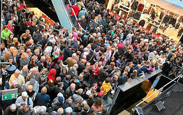 Pierwsi klienci na uroczystości otwarcia i poświęcenia nowego centrum biurowo-handlowego Plac Unii. Warszawa, październik 2013 r.