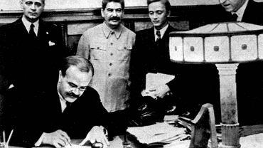 """Sojusznicy - Wiaczesław Mołotow podpisuje """"pakt o nieagresji"""" między Związkiem Sowieckim a hitlerowskimi Niemcami. Joachim von Ribbentrop - stoi z lewej, obok zbrodniarz dyktator Józef Stalin. Moskwa 23.08.1939"""