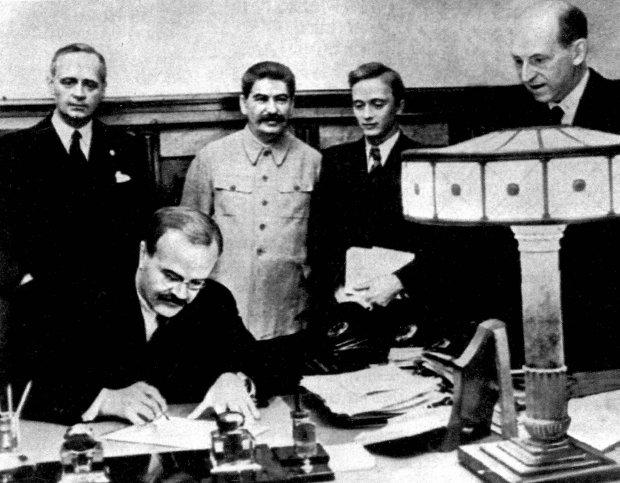 http://bi.gazeta.pl/im/3e/f8/10/z17794622Q,Sojusznicy---Wiaczeslaw-Molotow-podpisuje--pakt-o-.jpg