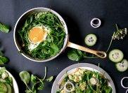 Sma�one jajka z rukwi� wodn�, cebul� i czosnkiem nied�wiedzim