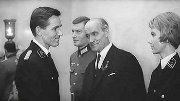 Wacław Dworzecki (1910-93) w filmie 'Tarcza i miecz' z 1968 r. (w środku w garniturze). Choć był to jego debiut filmowy, generała Lansdorfa, szefa Abwehry, czyli niemieckiego wywiadu i kontrwywiadu wojskowego, zagrał tak przekonująco, że rola ta otworzyła mu drzwi do wielkiej kariery w radzieckiej kinematografii.