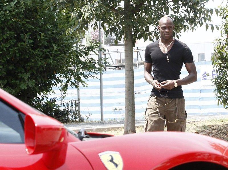 Mario Balotelli torna a Brescia a casa dei genitori adottivi con un fiammante Ferrari rossa.  Pictured: Mario Balotelli