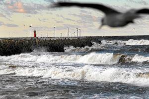 """Orkan """"Barbara"""" już nad Polską. Sztorm na Bałtyku, silny wiatr, awarie sieci elektrycznej"""