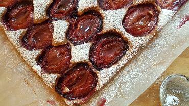 Ucierane cynamonowe ciasto ze śliwkami - przebój sezonu [PRZEPIS]