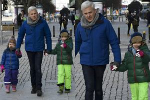 Hubert Urbański z córkami, Stefanią i Danutą, opuszczali studio 'DD TVN' w doskonałych humorach. Dziewczynki z zaciekawieniem odniosły się do czekających na nich paparazzi. Pokazywały na nich palcami i uśmiechały się.