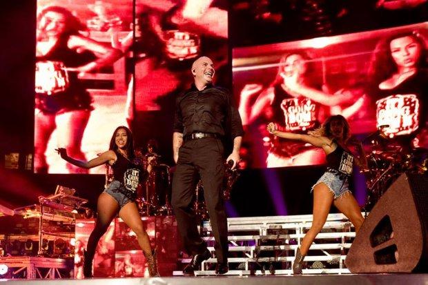 """Pitbull zamieścił w sieci klip do utworu """"Fireball"""". Gościnnie wspiera go John Ryan."""