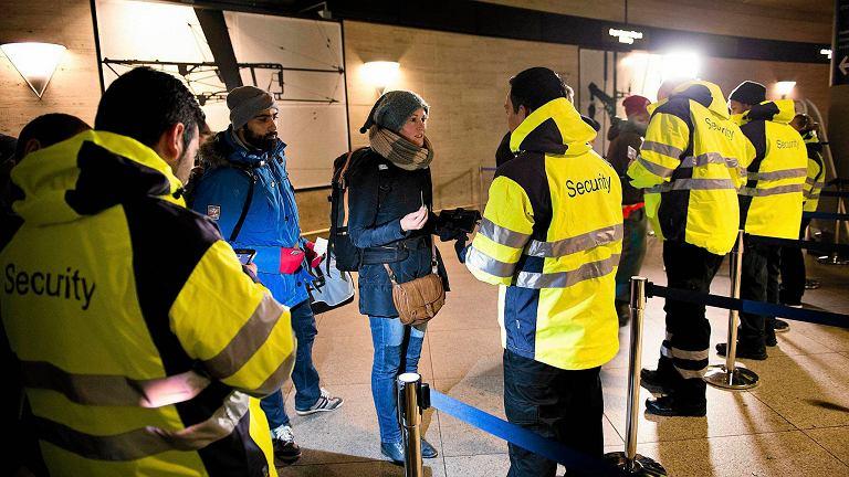 Kontrola dokumentów na dworcu kolejowym przy porcie lotniczym Kastrup pod Kopenhagą