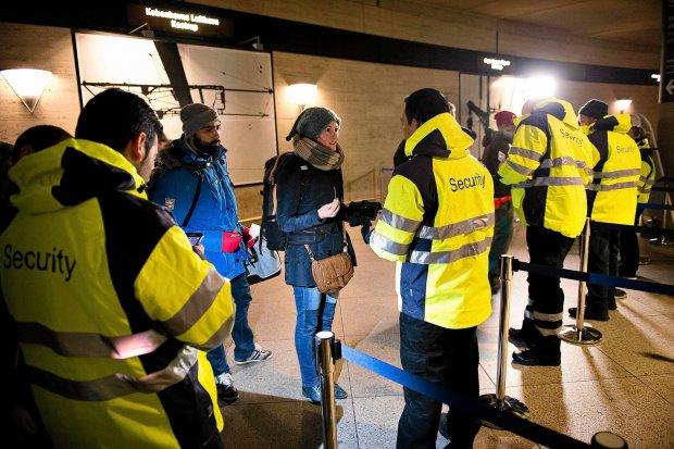 Kontrola dokument�w na dworcu kolejowym przy porcie lotniczym Kastrup pod Kopenhag�
