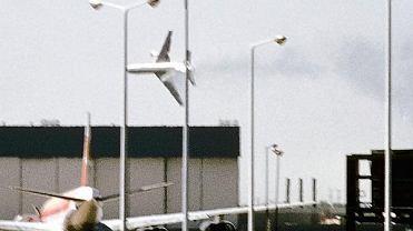 Jeden z przypadkowych obserwatorów tego dramatu wykonał powyższe zdjęcie przechylonego samolotu American Airlines lot nr 191 na chwilę przed katastrofą.