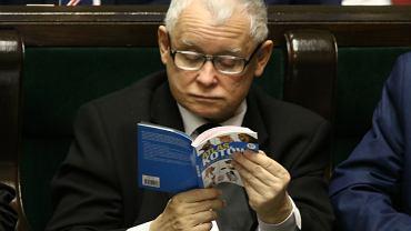 Atlas kotów w Sejmie. Jarosław Kaczyński zaczytany