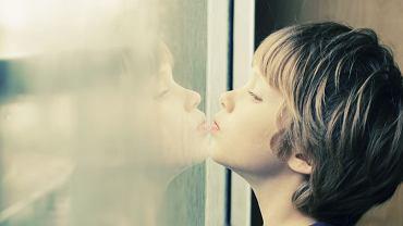 Jeśli podejrzewamy autyzm u dziecka i widzimy objawy, które mogą sugerować zaburzenia ze spektrum autyzmu, skonsultujmy się z psychologiem dziecięcym, a najlepiej ze specjalizującym się w autyzmie psychiatrą.