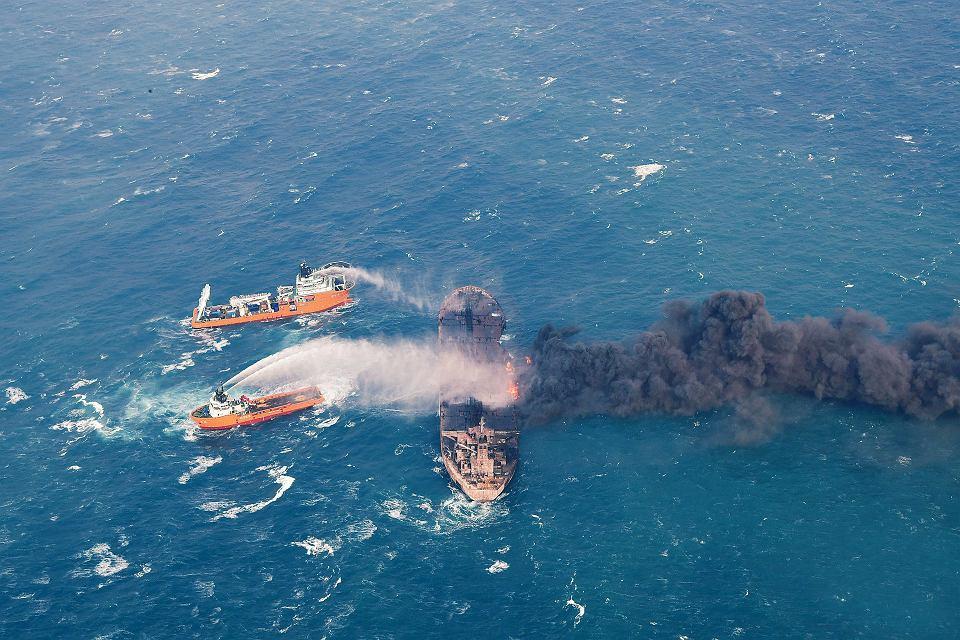 Płonący tankowiec Sanchi na Morzu Chińskim.