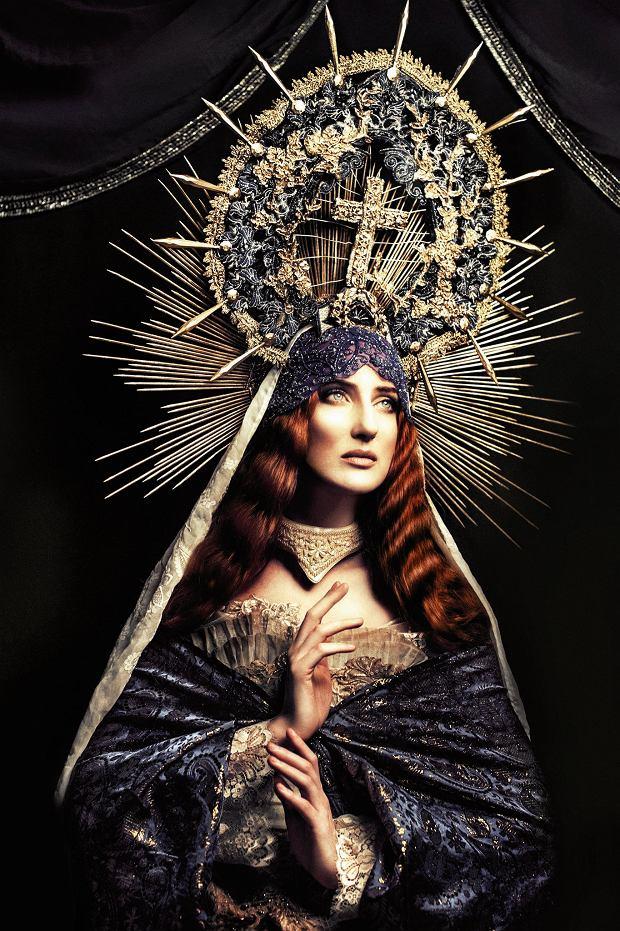 """Katarzyna Konieczka ubierała Lady Gagę, CocoRosie, Jennifer Lopez, Nergala. Jej awangardowe projekty i """"maszynki na twarz"""" są inspirowane historią medycyny i przypominają skrzyżowanie biżuterii i narzędzi tortur"""