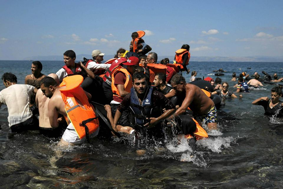 13 września. Kolejna grupa uchodźców z Syrii i Afganistanu dociera do brzegów greckiej wyspy Lesbos