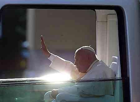 18.08.2002 Kraków - Kuria Biskupia Jan Paweł II wyjeżdża na Wawel.