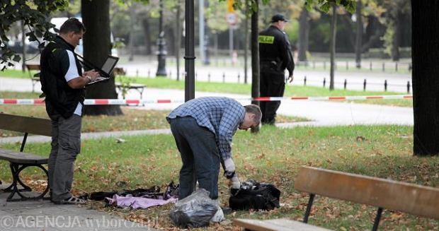Policjanci badaj� miejsce w Alejach Ujazdowskich w Warszawie, gdzie podpali� si� Andrzej �.