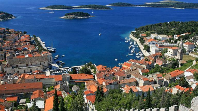 Chorwacja, wyspa Hvar. Znajdująca się często na liście dziesięciu najpiękniejszych wysp świata - słoneczna Hvar, jest bez wątpienia jedną z najbardziej zachwycających wysp Dalmacji. Na każdym kroku odnaleźć tu można ślady bogatej historii, która pozostawiła dziedzictwo różnorodnych dzieł sztuki świeckiej i sakralnej w muzeach i na fasadach domów.