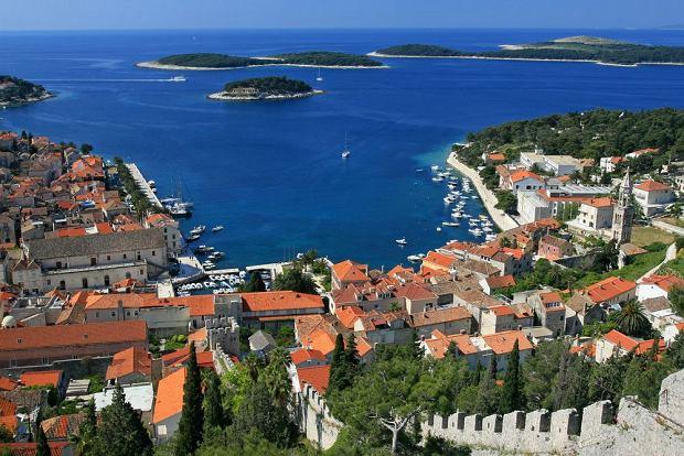 Chorwacja, wyspa Hvar. Znajduj�ca si� cz�sto na li�cie dziesi�ciu najpi�kniejszych wysp �wiata - s�oneczna Hvar, jest bez w�tpienia jedn� z najbardziej zachwycaj�cych wysp Dalmacji. Na ka�dym kroku odnale�� tu mo�na �lady bogatej historii, kt�ra pozostawi�a dziedzictwo r�norodnych dzie� sztuki �wieckiej i sakralnej w muzeach i na fasadach dom�w.