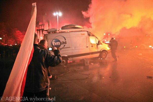 Zamieszki na pl. Na Rozdrożu 11 listopada 2011 r. Spalony przez demonstrantów wóz transmisyjny TVN 24