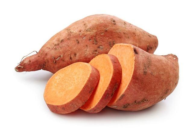 Zazwyczaj w sklepach znajdziemy słodkie ziemniaki o czerwonej skórce i pomarańczowym miąższu.