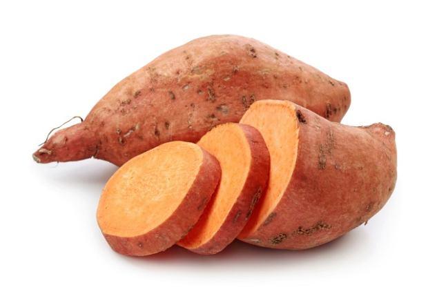 Zazwyczaj w sklepach znajdziemy s�odkie ziemniaki o czerwonej sk�rce i pomara�czowym mi��szu.