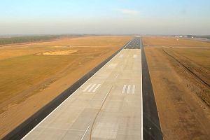 Niska temperatura przyczyn� uszkodzenia pasa startowego w Modlinie