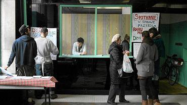 Czy w miejsce taniego baru Prasowego w centrum Warszawy z naleśnikami po 5 zł powstanie jakaś wypasiona kawiarnia z herbatą za 15 zł? O to teraz toczy się walka