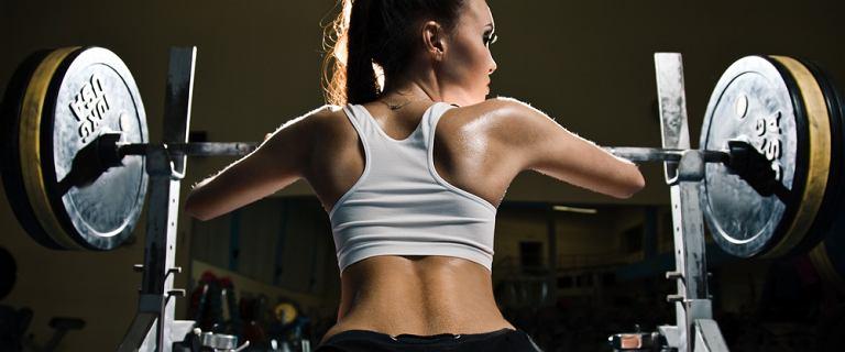 Przysiady ze sztangą to fantastyczny trening mięśni ud i pośladków. Ale mało kto robi to poprawnie. Zobacz, jak zrobić je prawidłowo!