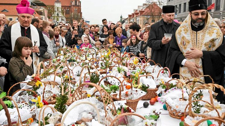 Abp Edward Ozorowski i biskup prawosławny Jakub podczas ekumenicznego święcenia pokarmów wielkanocnych