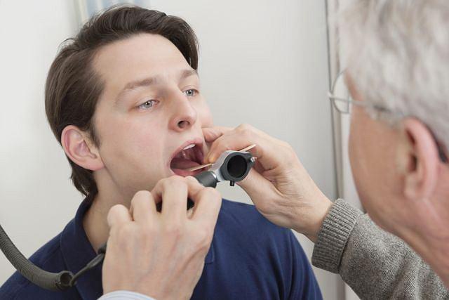 Nawracające bóle gardła najlepiej wyjaśnić z laryngologiem