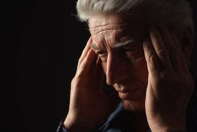 Wylew krwi do mózgu dotyka mężczyzn po 50 roku życia i najczęściej zaczyna się od bólu głowy