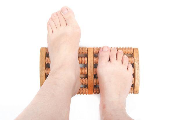 Czy zmiany w stopach, takie jak np. p�askostopie, mo�na usun�� stosuj�c masa�?