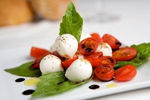 Caprese (mozarella z pomidorami w sosie)