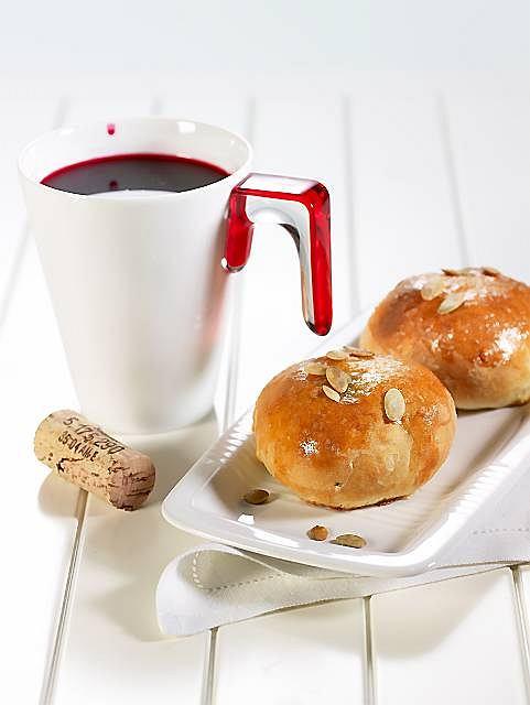 Barszczyk z winem i pasztecik-bułeczka z czerwoną cebulą i szpinakiem; Kubek Hula Hoop, GUZZINI, talerzyk charmor, IKEA