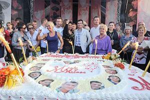 III zlota fan�w serialu M jak mi�o�� to nie lada wydarzenie. Na gdy�ski Skwer Ko�ciuszki przyby�a ca�a masa sympatyk�w popularnego programu. By�y autografy, wsp�lne zdj�cia a na koniec wielki tort.