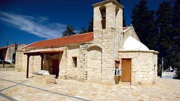 Kamienny kościółek we wsi Drouseia
