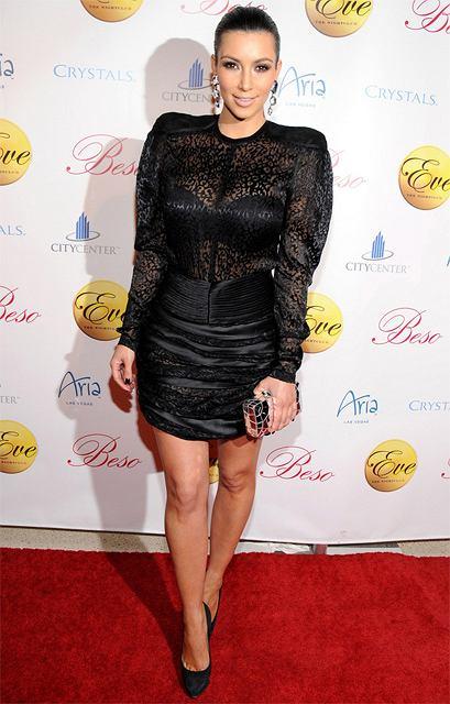 ceefe5e9867d8 Kim Kardashian - mała czarna w imprezowym wydaniu